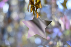 Natale d'argento della stella sopra fondo vago bokeh fotografia stock libera da diritti