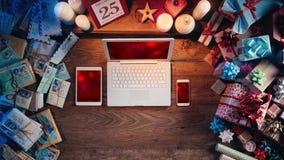 Natale da tavolino con il computer portatile ed i dispositivi mobili Fotografia Stock Libera da Diritti