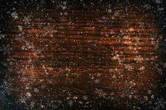Natale del fondo, nuovo anno Struttura di legno scura con i fiocchi di neve bianchi Struttura marrone di legno Fondo di vecchi pa immagini stock
