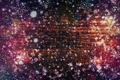 Natale del fondo, nuovo anno Struttura di legno scura con i fiocchi di neve bianchi Struttura marrone di legno Fondo di vecchi pa fotografia stock
