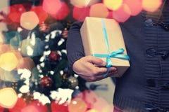 Natale della mano della pila del regalo Fotografie Stock Libere da Diritti