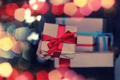 Natale della mano della pila del regalo Immagini Stock