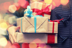 Natale della mano della pila del regalo Fotografia Stock