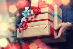 Natale della mano della pila del regalo Fotografie Stock