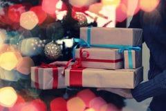 Natale della mano della pila del regalo Immagine Stock Libera da Diritti