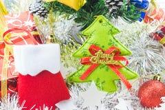 Natale delle calzature decorato e l'altro fondo bianco della sfuocatura Fotografia Stock Libera da Diritti