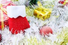 Natale delle calzature decorato e l'altro fondo bianco della sfuocatura Fotografie Stock