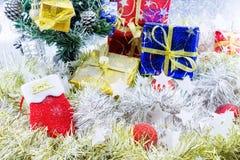 Natale delle calzature decorato e l'altro fondo bianco della sfuocatura Immagini Stock Libere da Diritti