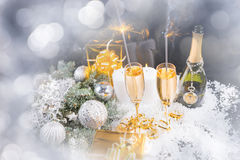 Natale di lusso con champagne e le stelle filante Fotografia Stock Libera da Diritti