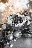 Natale di lusso della cartolina di Natale, tazza d'argento di crema dolce sulla tavola grigia, con i dolci, la cannella, l'anice, fotografia stock
