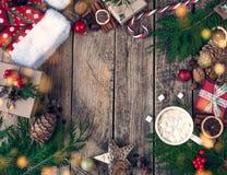Natale di progettazione di Natale Composizione in Natale su fondo d'annata di legno, con le bevande, il cacao, il caffè o la cioc fotografia stock