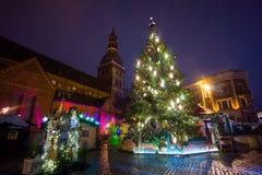 Natale di visita del eople giusto in vecchia città alla sera Fotografia Stock Libera da Diritti