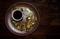 Natale dorato con la tazza di caffè Fotografia Stock Libera da Diritti