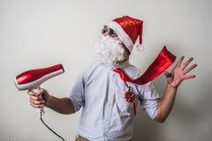 Natale drôle de babbo du père noël avec le hairdryer Image libre de droits