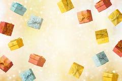 Natale e concetto di vendita di vacanze invernali con i contenitori di regalo immagine stock libera da diritti
