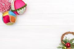 Natale e decorazione del nuovo anno fatta del telaio d'angolo con gli ornamenti del nuovo anno Fotografia Stock