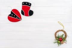 Natale e decorazione del nuovo anno fatta del telaio d'angolo con gli ornamenti del nuovo anno Immagine Stock