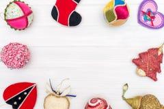 Natale e decorazione del nuovo anno fatta del telaio rotondo con gli ornamenti del nuovo anno Immagini Stock