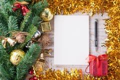 Natale e decorazioni e taccuino del nuovo anno su fondo di legno bianco d'annata Copi lo spazio Immagine Stock