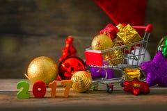Natale e fondo del nuovo anno con il carrello miniatura Fotografie Stock