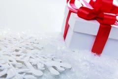 Natale e nuovi anni di giorno, fondo rosso di bianco del contenitore di regalo Fotografie Stock Libere da Diritti