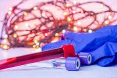Natale e nuovo anno nel laboratorio di scienza e medico Attrezzatura dell'assistente di laboratorio - provette con sangue e guant immagini stock libere da diritti
