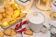 Natale ed estratto di natura morta del caffè con le luci principali calde Immagine Stock