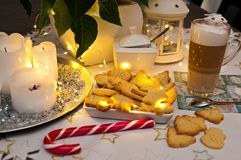 Natale ed estratto di natura morta del caffè con le luci principali calde Immagini Stock Libere da Diritti