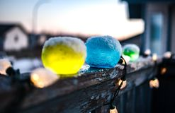 Natale festivo delle luci dei globi del ghiaccio Fotografia Stock Libera da Diritti
