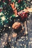 Natale fondo, cartolina d'auguri con il ramo di albero dell'abete e h Fotografie Stock Libere da Diritti