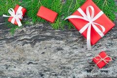 Natale fondo, contenitori di regalo rossi del regalo di Natale con briciolo Fotografie Stock Libere da Diritti