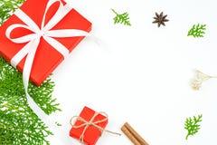 Natale fondo, contenitori di regalo rossi del regalo di Natale con briciolo Fotografia Stock Libera da Diritti