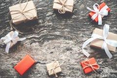 Natale fondo, handmad marrone dei contenitori di regalo del regalo di Natale Immagini Stock