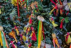 Natale Giocattoli e nastri rossi e gialli sull'albero di Natale fotografia stock libera da diritti