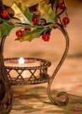 Natale Holly Tablecloth e candela Fotografia Stock Libera da Diritti