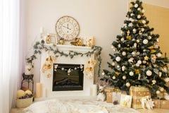 Natale interno con l'albero di natale e del camino Fotografia Stock