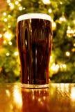 Natale irlandese con la pinta di birra nera Fotografia Stock Libera da Diritti