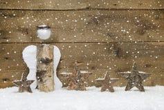 Natale: L'angelo e le stelle di legno con il fiocco di neve progettano su woode Fotografia Stock