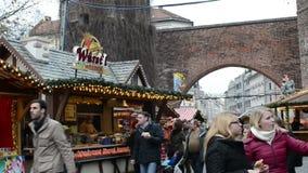 Natale leggiadramente sul tor di Sendlinger (portone del muro di cinta) di Monaco di Baviera La gente che cammina sopra il mercat video d archivio