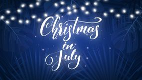 Natale a luglio Fondo tropicale con le foglie di palma, le luci di Natale e l'iscrizione esotiche Insegna di Natale di estate Immagine Stock Libera da Diritti