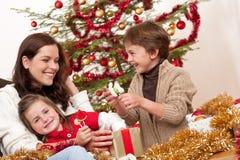 Natale: madre con il figlio e la figlia Immagini Stock Libere da Diritti
