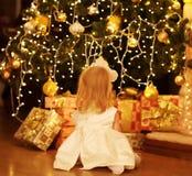 Natale, magia, concetto della gente - il bambino felice sogna Immagini Stock