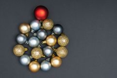 Natale multiplo argento e decorazione creativa del cerchio delle bagattelle dell'oro con lo spazio nero della copia e del fondo immagine stock libera da diritti