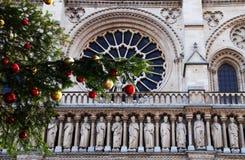 Natale in Notre Dame a Parigi fotografie stock