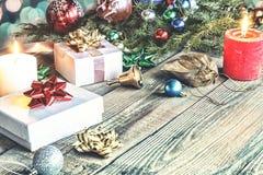 Natale, nuovo anno, regali del pacchetto, fatti a mano, ornamenti di Natale, celebrazione, vacanze invernali, regali di ordine on Immagini Stock