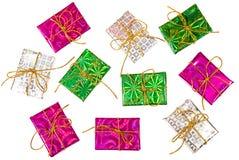 Natale o composizione nel partito Contenitori di regalo variopinti su un fondo bianco fotografia stock libera da diritti