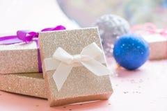 Natale o composizione nella struttura del nuovo anno decorazioni dell'oro di natale su fondo bianco con lo spazio vuoto della cop Fotografie Stock Libere da Diritti