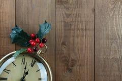 Natale orologio da tasca d'annata, bacche, agrifoglio, legno Copi lo spazio Fotografie Stock Libere da Diritti