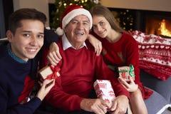 Natale per i bambini ed il loro nonno Fotografia Stock