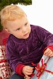 Natale - presente svegli di apertura del bambino Fotografia Stock Libera da Diritti
